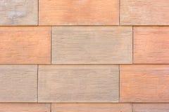 Стена больших оранжевых и бежевых слябов Большие кирпичи, имитация естественного камня Стоковое фото RF