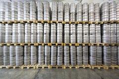 Стена бочонков пива в винзаводе Ochakovo запаса Стоковые Фотографии RF