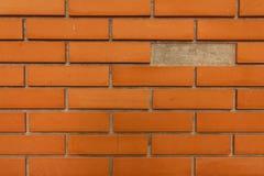 Стена брига которая некоторые из кирпичей попадать стоковая фотография rf