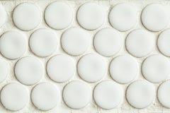 Стена ванной комнаты серая кроет мозаику черепицей Стоковое Изображение RF