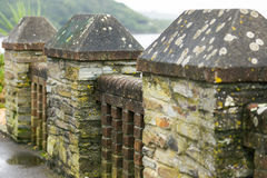Стена вдоль стороны берег моря в Корнуолле на летнем времени, в дне Великобритания Стоковые Изображения