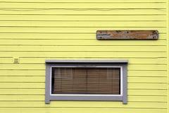 Стена венецианских шторок Windows деревянная желтая Стоковые Фотографии RF
