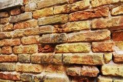 Стена венецианского кирпича распадаясь, предпосылка Стоковое фото RF