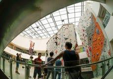 Стена взбираясь популярный спорт в Азии Стоковые Фото