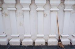 Стена виска Таиланда старая белая стоковое фото