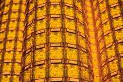 Стена в виске заполнена с buddhas Концепция буддизма вероисповедания Текстура, буддизм предпосылки стоковые изображения rf