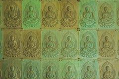 Стена в виске заполнена с buddhas Концепция буддизма вероисповедания Текстура, буддизм предпосылки стоковое изображение
