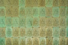 Стена в виске заполнена с buddhas Концепция буддизма вероисповедания Текстура, буддизм предпосылки стоковое фото rf