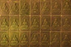 Стена в виске заполнена с buddhas Концепция буддизма вероисповедания Текстура, буддизм предпосылки стоковые изображения