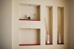 Стена в комнате с гнездами для украшения Стоковая Фотография