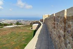 Стена в крепости Naryn-Kala и взгляде города Derbent стоковое фото