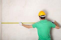 Стена гипсолита работника измеряя Стоковое Изображение RF