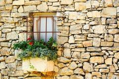 Стена год сбора винограда каменная с меньшим окном стоковые фото