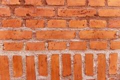 Стена горизонтальных и вертикальных оранжевых кирпичей Стоковые Изображения RF