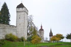 Стена города Luzern с средневековыми башнями стоковые фото