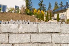 Стена гранита и много малых камней гранита для покрытия дороги Стоковые Фотографии RF