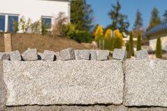 Стена гранита и много малых камней гранита для покрытия дороги Стоковое Изображение RF
