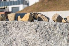 Стена гранита и много малых камней гранита для покрытия дороги Стоковые Изображения RF
