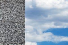Стена гранита на облачном небе Стоковые Изображения