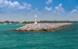 Стена гранита на побережье Стоковое Фото
