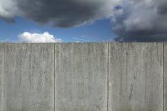 Стена гранита с cloudscape и голубым небом Стоковое Изображение RF