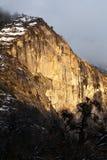 Стена гранита Yosemite в золотом свете Стоковые Изображения RF