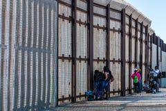 Стена границы парка приятельства между Сан-Диего и Тихуана стоковые фотографии rf