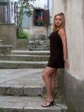 стена девушки стоящая Стоковые Фотографии RF