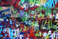 Стена Джон Lennon в надписи на стенах Прага Стоковая Фотография