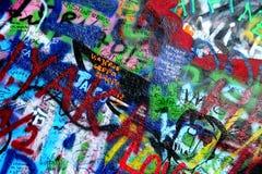 Стена Джон Lennon в надписи на стенах Прага Стоковые Фото