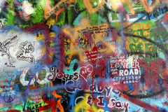 Стена Джон Lennon в надписи на стенах Прага Стоковые Фотографии RF