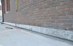 Стена дома кирпича с незаконченным ремонтом и изоляцией учреждения стоковое изображение rf