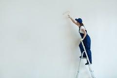 Стена женщины крася белая Стоковые Изображения