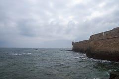 Стена замка San Sebastian в провинции Кадис, Испании стоковые фото
