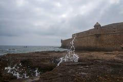 Стена замка San Sebastian в провинции Кадис, Испании стоковое изображение rf