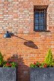 Стена запертых окна и лампы Стоковое Изображение