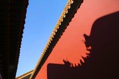 Стена запретного города с отражением тени во время голубого солнечного дня, Пекин, Китая стоковое изображение rf