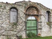 стена здания руин в природе стоковые изображения