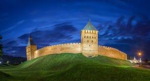 Стена и башни Новгорода Veliky в вечере Стоковые Изображения