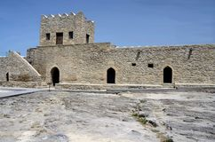 Стена и башня Баку Ateshgah увольняют висок в Suraxani, Азербайджане Стоковое Изображение