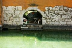 Стена и дверь старого городка в Анси стоковое фото