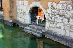 Стена и дверь старого городка в Анси стоковая фотография