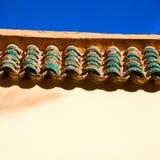 стена и кирпич крыши плитки морокканские старые в античном городе Стоковые Фотографии RF