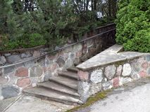Стена и лестницы камней в парке, Литве Стоковое Фото