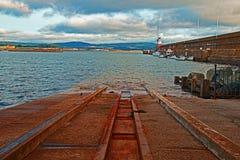 Стена и маяк волнореза пристани старта шлюпки гавани Wicklow следующие северные Стоковые Изображения RF