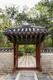 Стена и строб на святыне Jongmyo в Сеуле стоковые изображения