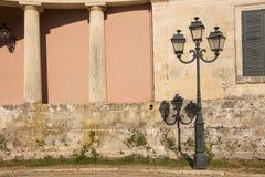 Стена и фонарик исторического здания Стоковые Фото