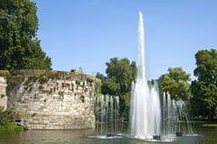 Стена и фонтан древнего города в Маастрихте Стоковые Изображения RF