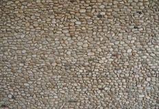 Стена камешка сделанная малых камней различных размера и формы Предпосылка и текстура Стоковые Изображения
