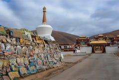 Стена камней Mani и chorten stupa тибетского буддизма стоковое фото rf
